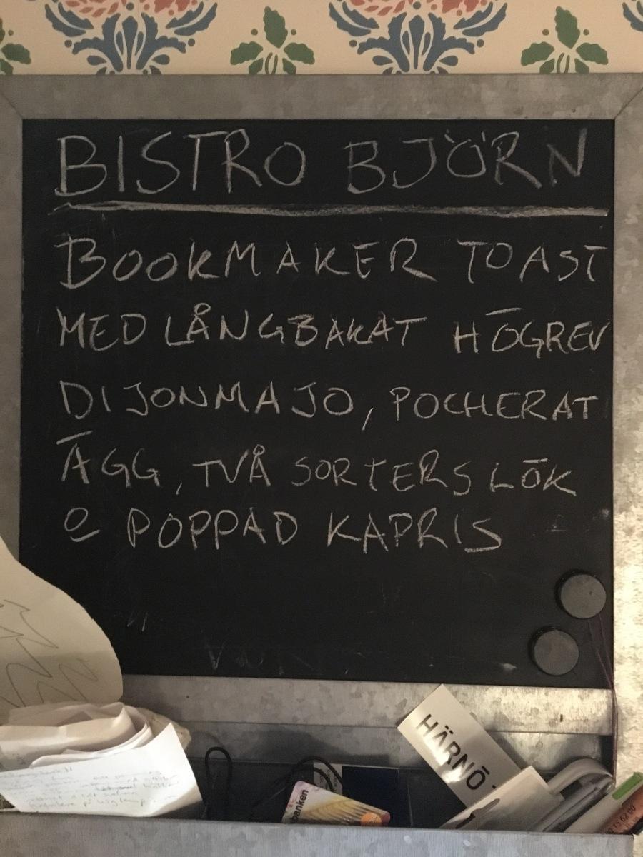 Bookmaker toast med pocherat ägg och poppad kapris