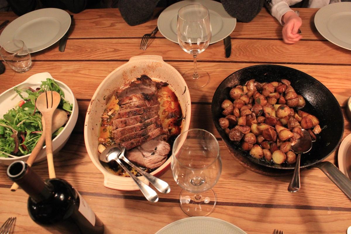Fläskstek med vitlök och rosmarin. Potatis stekt i ankfett, vitlök och salvia. Spetskål med ramslök och pistagenötter